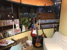 漫画、サーフボード、ギター。美容室?部屋??(笑)