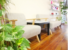 広々とした待合スペース。緑のあふれる癒し空間♪