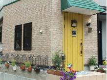 行き止まりの後ろを振り向くと「黄色いドア!!」が目印です。