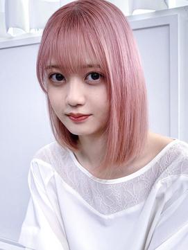 ピンクベージュハイライトカラー×ショートボブ 前髪あり