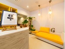 黄色を基調とした明るい待ち合い。大きなソファでのんびりと。
