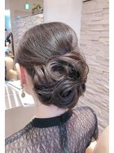 シックにまとめる結婚式のお呼ばれヘア.37