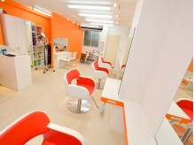 白とオレンジを基調としたポップな店内です