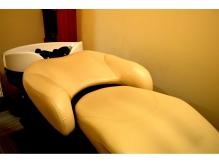 個室空間のシャンプーブースは全てフラットベッドタイプで快適☆