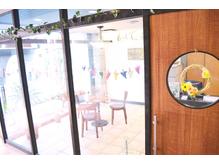 可愛らしいドアを開けるとゆったり過ごせる空間が広がります♪