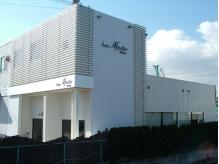 閑静な住宅街に佇む白亜の建物。駐車場はサロン前に3台完備。