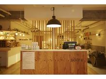 天然木材と漆喰が交錯した店内が、あなたを温かく包み込みます