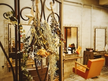 こだわりのアンティーク家具や小物、可愛い草花でいっぱいです★