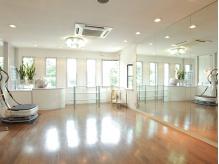 2階にある着付けルームです。鏡張りの広々としたスペース☆