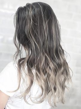 【AUBE HAIR】シルキーグレーハイライト_耳かけウェーブ