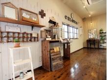 サロン内のお洒落な家具は、オーナー手造りのモノもあります。