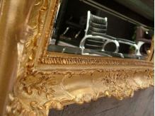 鏡のデザインがそれぞれ違う、こだわりのインテリア。