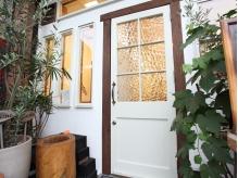 '50sイギリスのアンティーク扉がお出迎え。