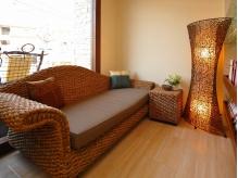 雰囲気だけでなく香りでもバリを再現♪ふかふかのソファーやこだわりの家具にも注目です!