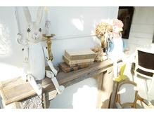 アンティーク家具と明るい光の差しこむ落ち着く空間…