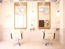 白を基調とした南仏風のオシャレな店内◆