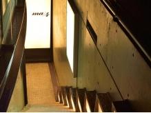 地下に通じる階段を降りるとお店があります。