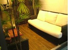 リゾートを意識したおしゃれなソファとテーブル。