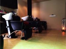 照明を落とした半個室空間で受けるヘッドスパは極上の癒しに!