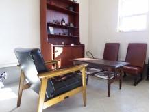 アンティーク家具に囲まれたカフェ風の店内