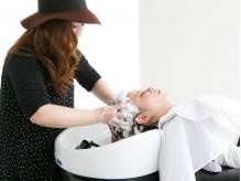 濃密な泡で頭皮を徹底ケア。心地よいマッサージで髪・頭皮に潤いをもたらす至福のサロンタイムを味わって。