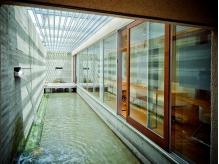 水面に輝く陽光と水の音色が織りなす、幻想的な空間☆