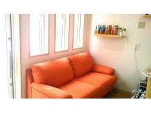 座り心地の良いソファーでほっこりできる待合スペースです☆