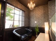 ゆったりとしたソファのある待合スペース。シャンデリアが豪華!
