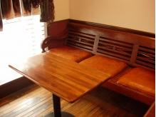 レトロな木目調のインテリア家具もこだわりの一つ!