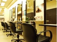 明るく清潔感のある店内。気持ちの良いサロン時間を満喫できる。