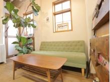 ゆったり、ふかふかのソファーの待合スペース☆