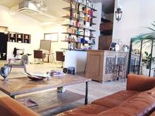 店内は天井が突き抜ける、ゆったり広々とした贅沢な空間♪