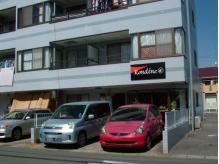 この水色の建物とロゴが目印!!このように駐車できます☆
