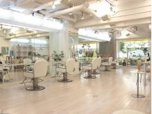 白を基調とした店内は清潔感があり、1席の間隔も広めにあります