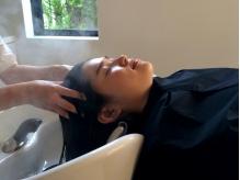 フルフラットのシャンプー台で行う、至福のひととき―。日頃の疲れを癒しつつ、素髪からキレイな美髪美人に
