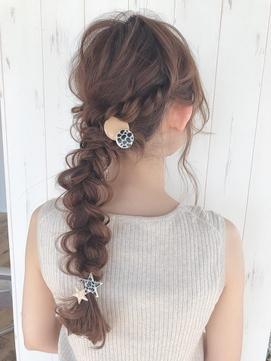 《Agu hair》編みおろしカジュアルアレンジヘア 背面写真