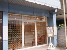 白とゴールドを基調とした外観です!青い外壁ビルの1階店舗です!