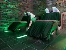 シャンプー専用のソファは体を包むような安定感でゆったり夢心地