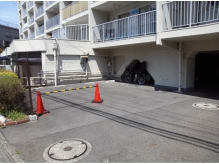 店舗横の奥が駐車場&駐輪場です☆カラーコーンの隣奥です♪