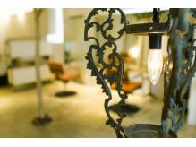 中世の西欧のお城にあったというアンティークのランプが目印