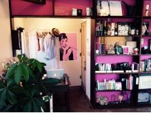 店内にある棚には雑貨やアート作品が散りばめられています。