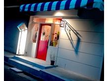 赤いドア、青と白のテントが目印です☆