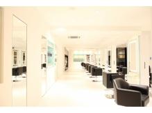 【上質な空間】白を貴重とした清潔感のある店内