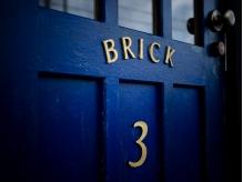 青い扉を開けると、サロンに続く階段が・・☆