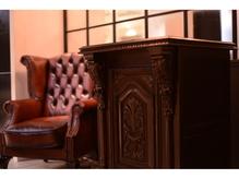 アトリエ風のゆったり寛げる空間に調和した座り心地の良いソファ