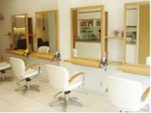 ++BeautyArea++白を基調とした明るい美容室。