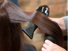 クセ毛やうねりの悩みは卒業!!充実のカウンセリングと、髪年齢に合わせた施術法で理想のサラサラヘアに♪