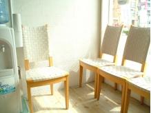 白と木目の、ほっと落ち着くナチュラルテイストの待合スペース