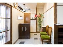 アンティーク家具とすっきりした店内や色合いが優しい