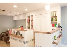 内装にこだわりあり!白と水色を基調としたカフェのようなお店